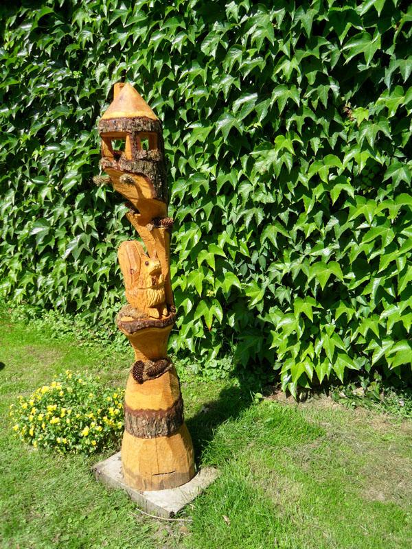 fur die schnitzereien werden vorwiegend heimische larche oder douglasie verwendet je nach art und wuchs des baumes kann auch gut obstholz verarbeitet